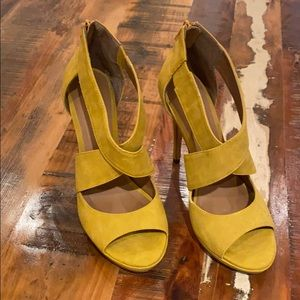 Mustard yellow heel .